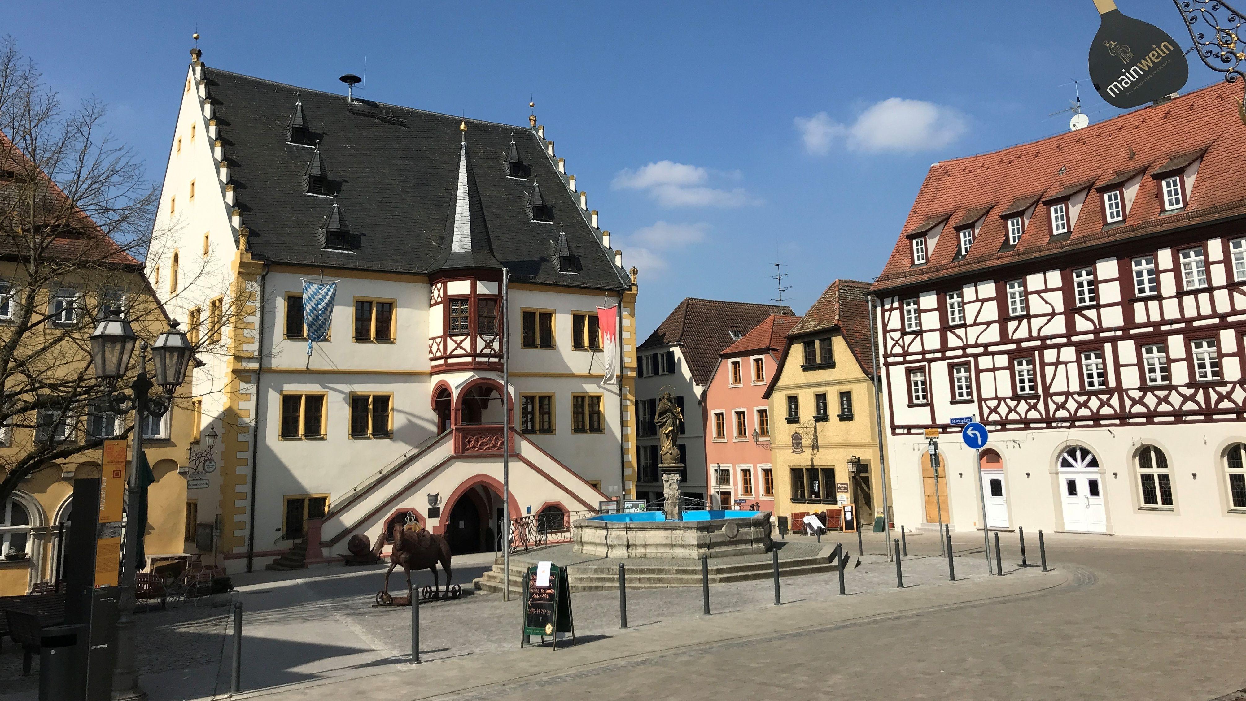 Leerer Marktplatz von Volkach (Lkr. Kitzingen)