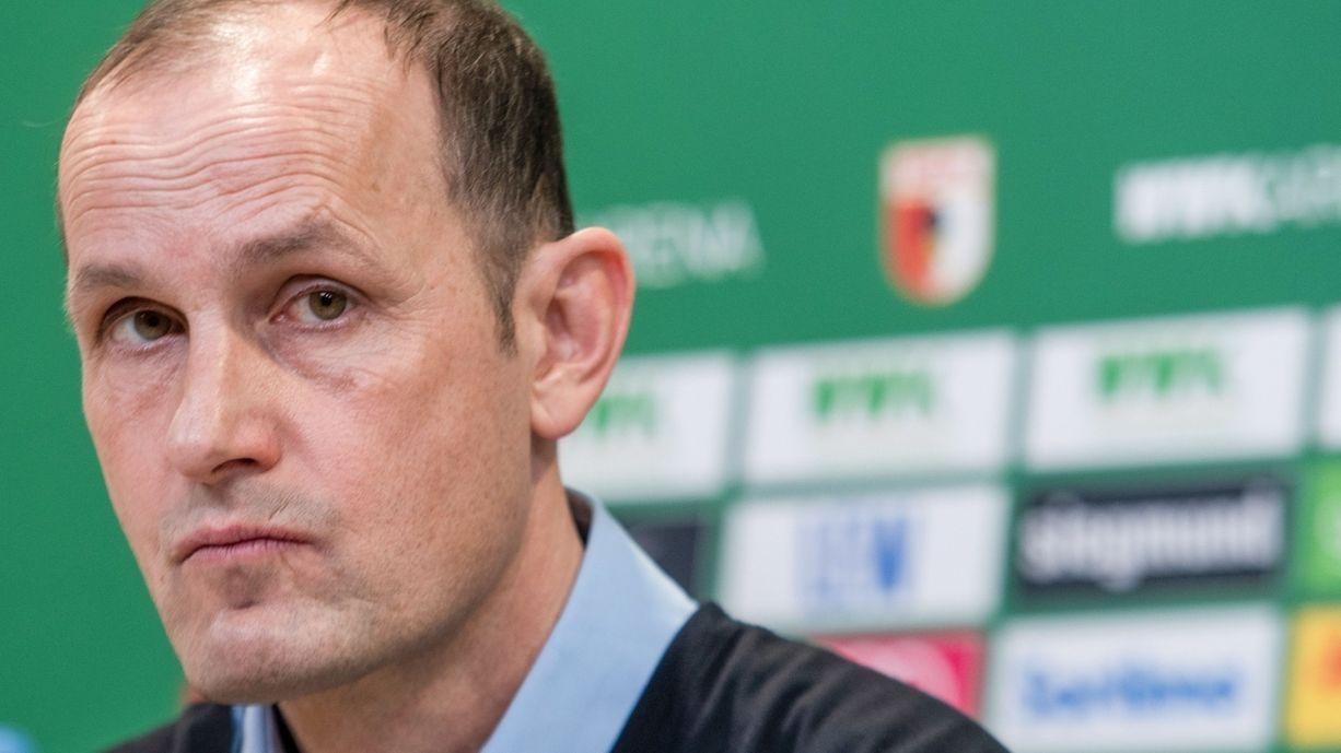 FCA-Coach Heiko Herrlich wollte eine unterhaltsame Anekdote erzählen. Tatsächlich offenbartz er einen Verstoß gegen die Corona-Regeln.