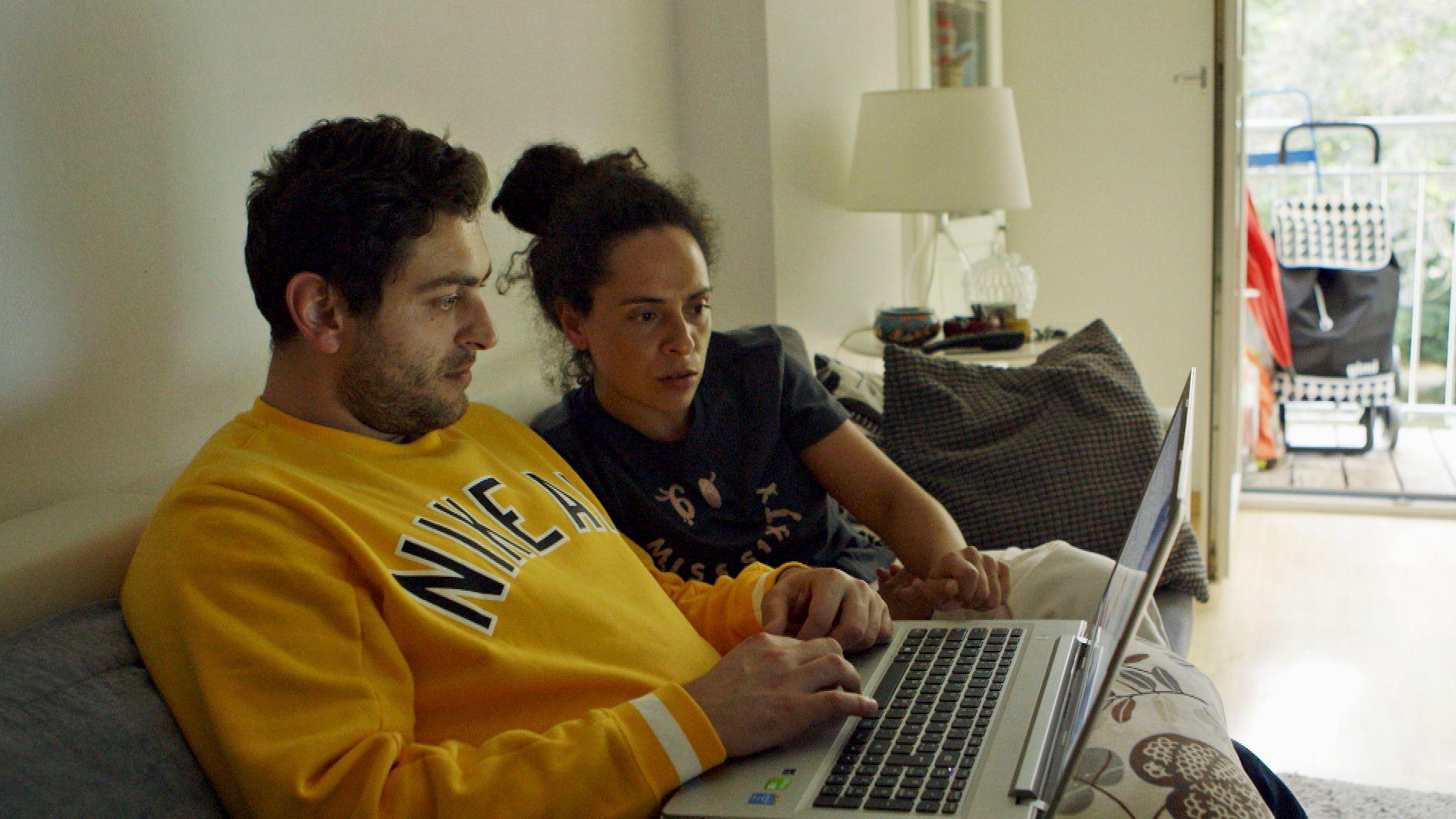 Die Pflegekräfte Joao Fernandes und seine Frau Claudia Rodriquez suchen händeringend nach einer Wohnung im Internet.