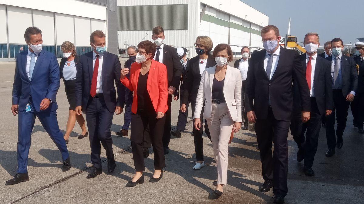 Verteidigungsministerin Annegret Kramp -Karrenbauer und ihre französische Kollegin Florence Parly beim Besuch im Airbus-Werk in Manching