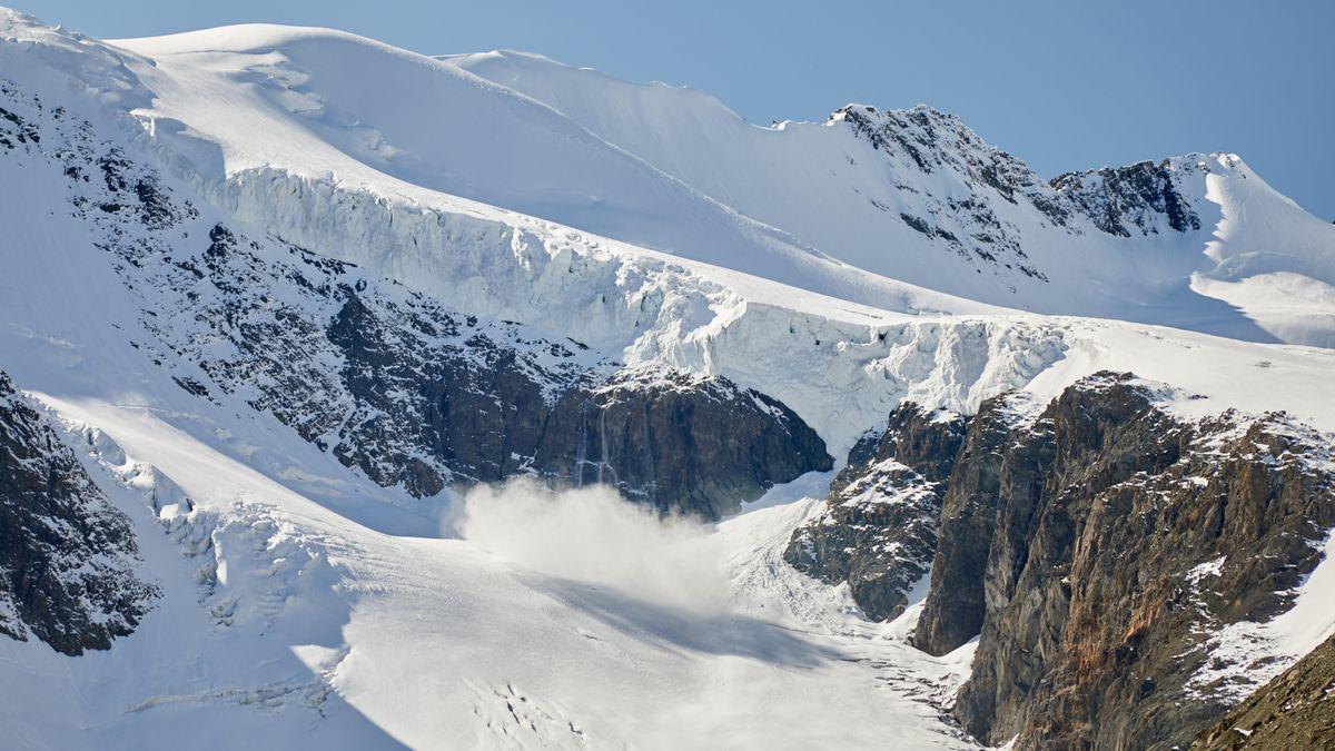 Schneelawine in den Bergen (Symbolbild).