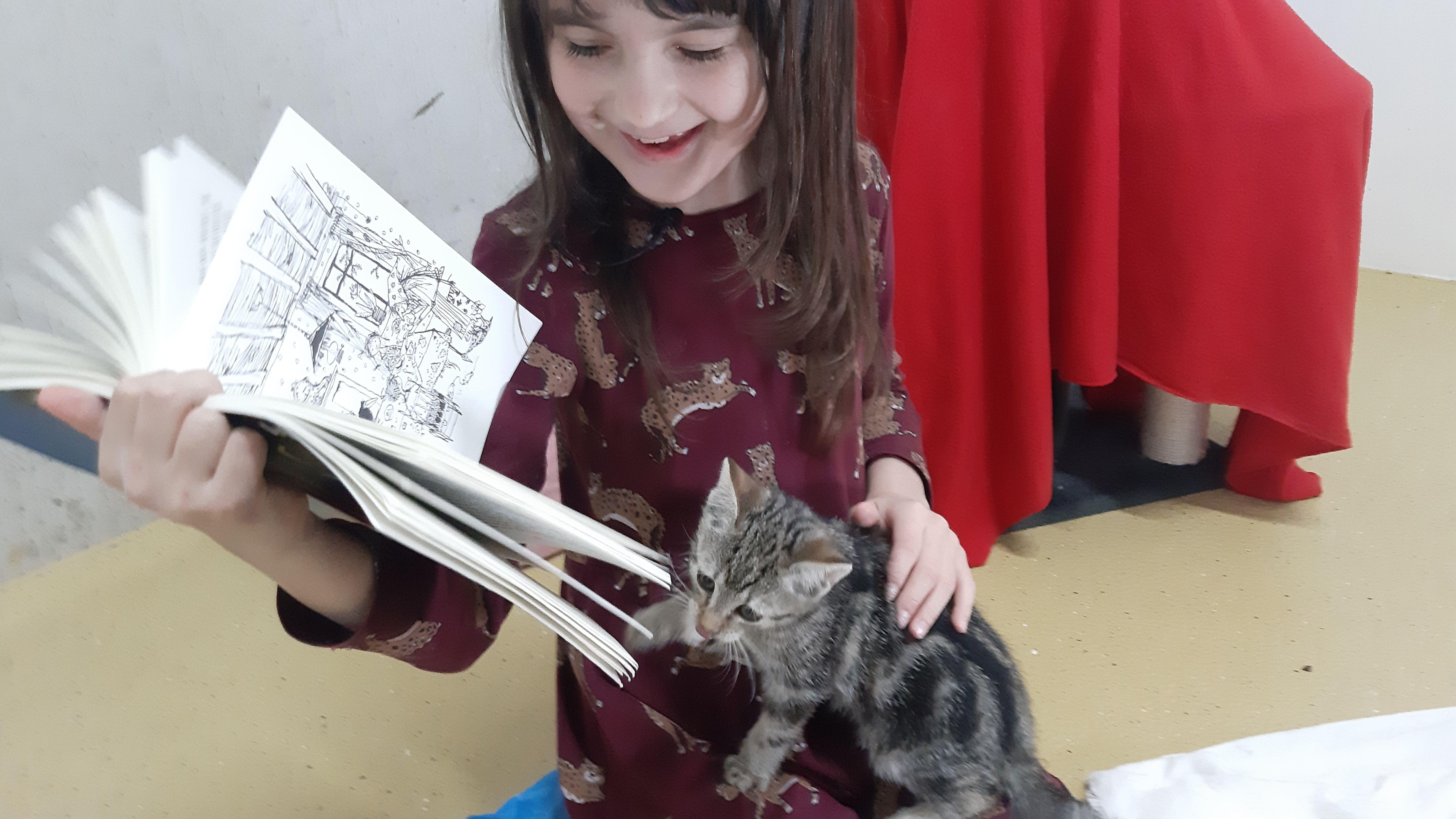 """Ina liest der Katze aus """"die kleine Hexe"""" vor"""