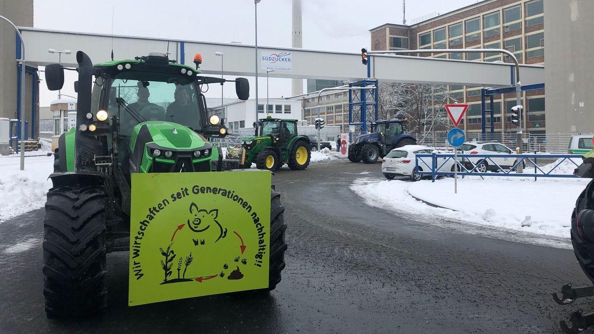 Bauern demonstieren mit Schleppern vor der Zuckerfabrik in Ochsenfurt