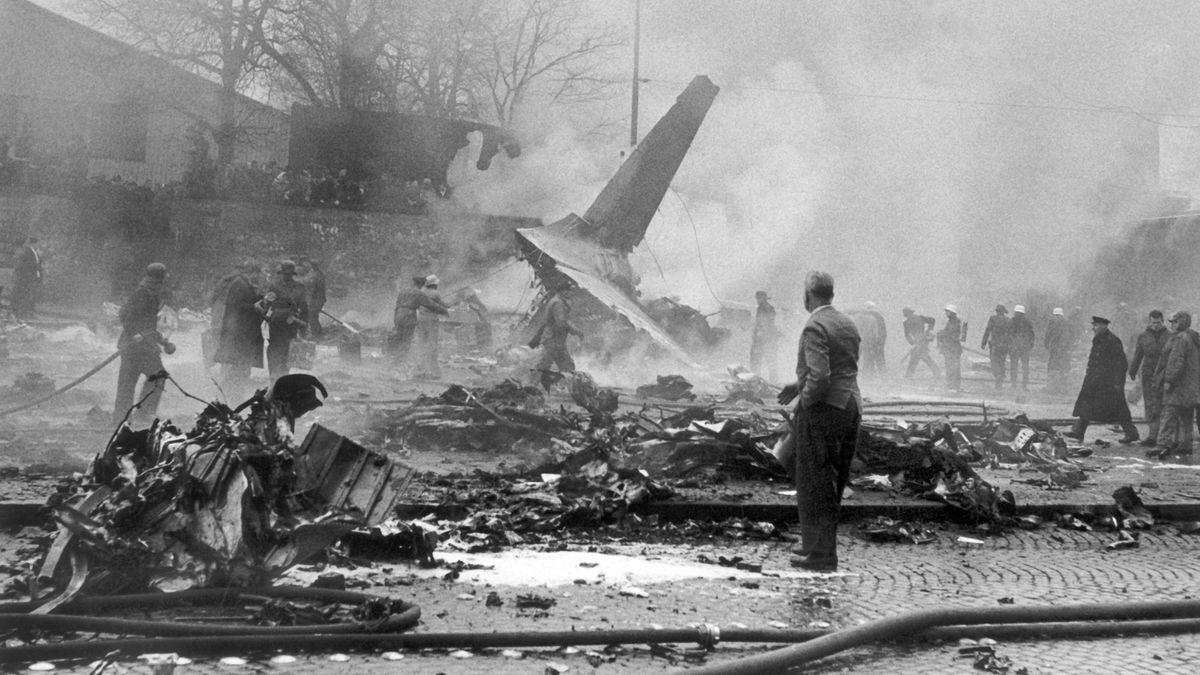 Wrackteile an der Absturzstelle: Am Nachmittag des 17.12.1960 stürzte eine Passagiermaschine der US-Luftwaffe über der Innenstadt von München ab.