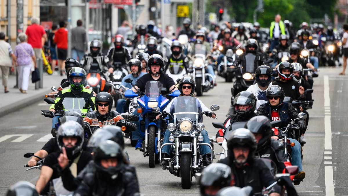Wiesbaden: Biker demonstrieren auf der Bahnhofstraße mit einem Korso gegen mögliche Fahrverbote an Sonn- und Feiertagen (04.07.2020).