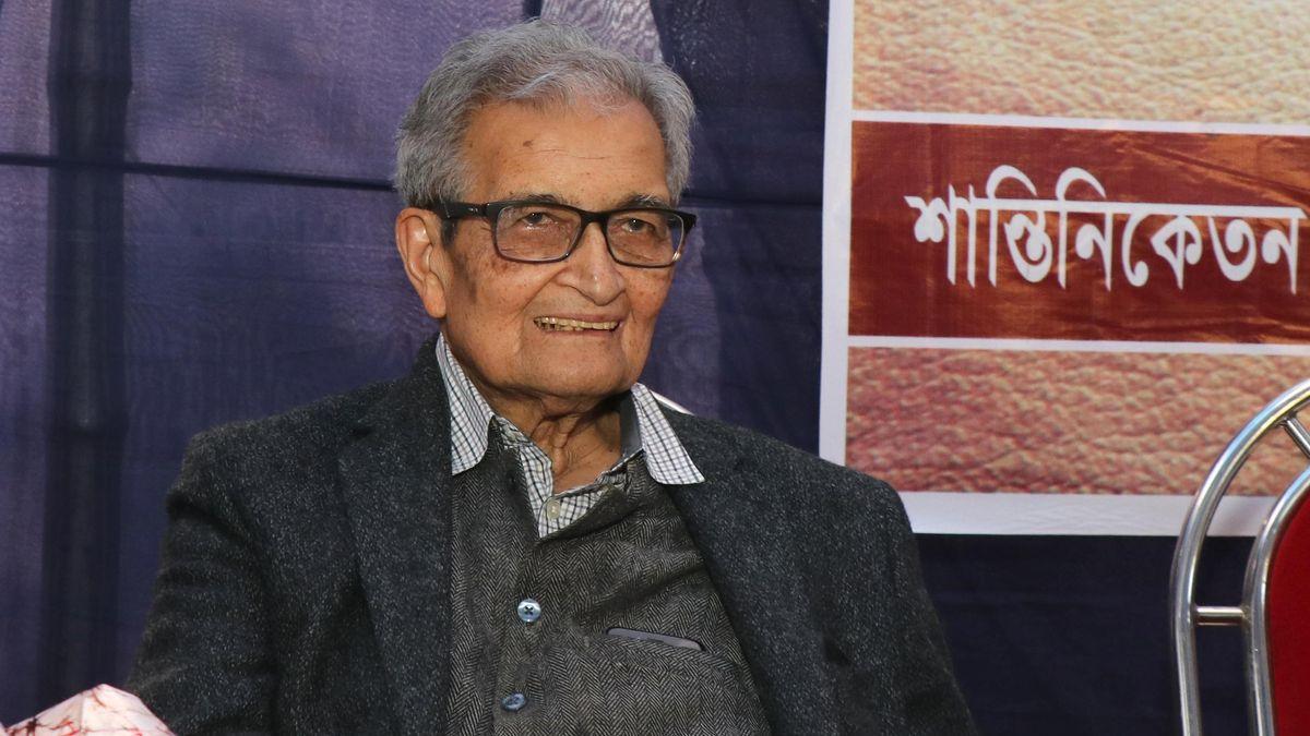 Ein alter Herr in grauem Jacket und Brille blickt den Betrachter an: Amartya Sen