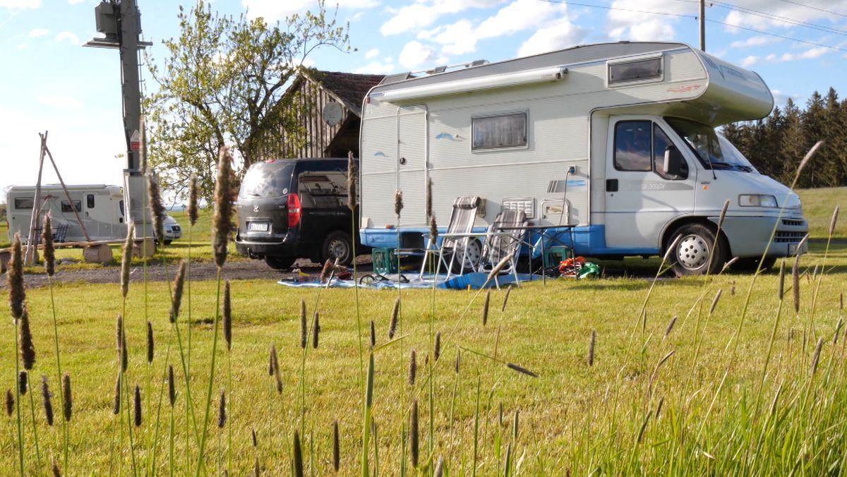 Zwei Wohnwagen auf einer Wiese
