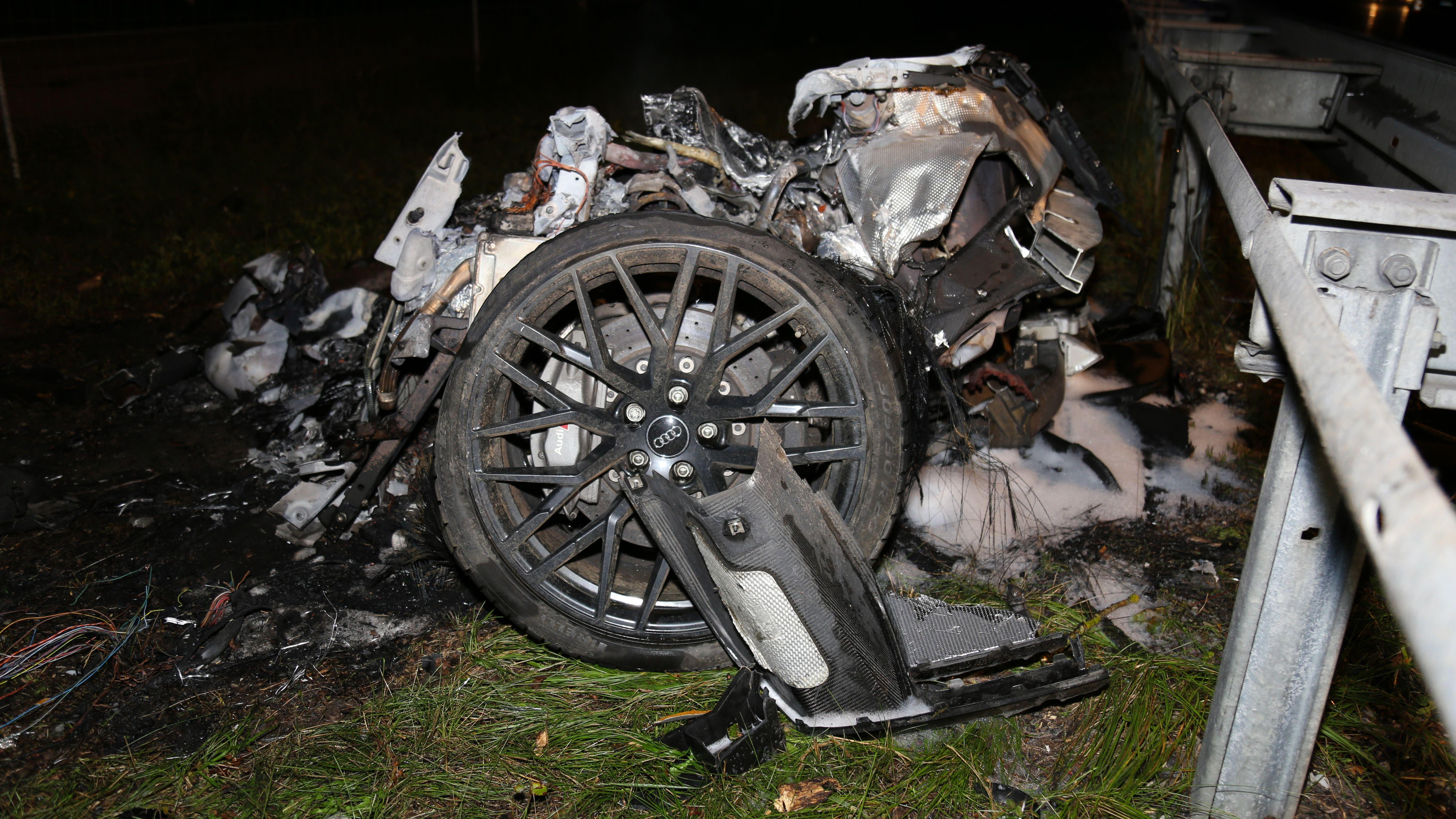 Auf der A95 bei Starnberg ist in der Nacht zum Sonntag ein Audi R8 gegen die Leitplanke und zwei Bäume gekracht.