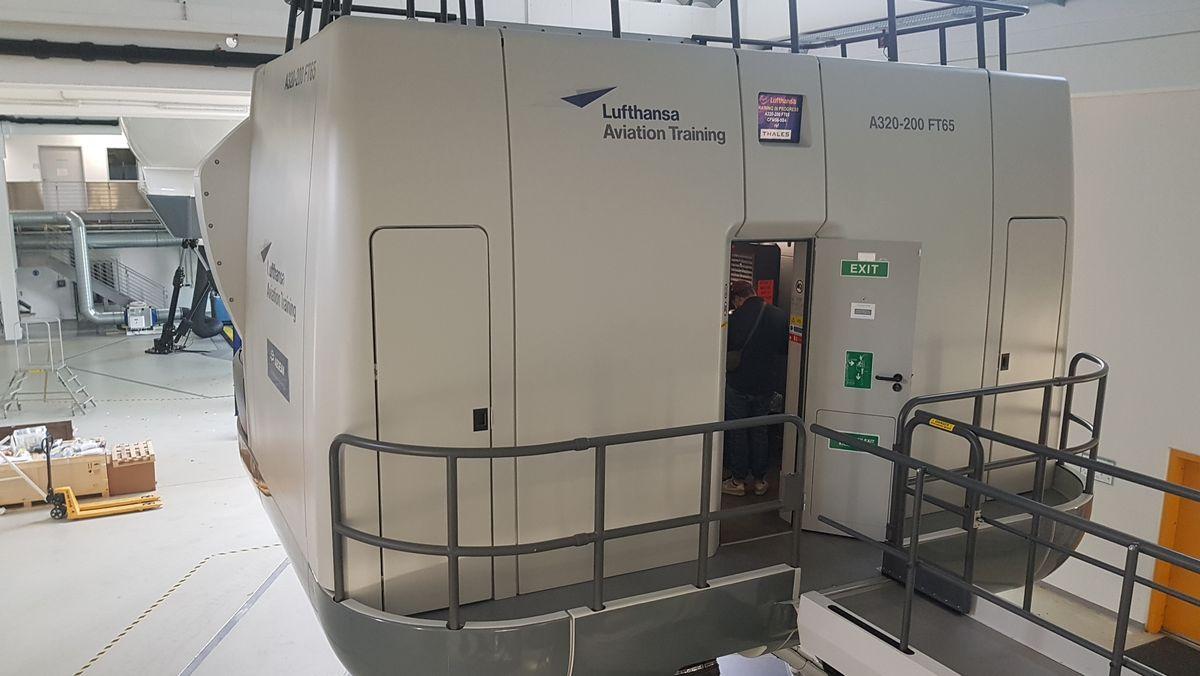 """Von außen nur ein """"Container"""", von innen ein Flugzeug-Cockpit"""