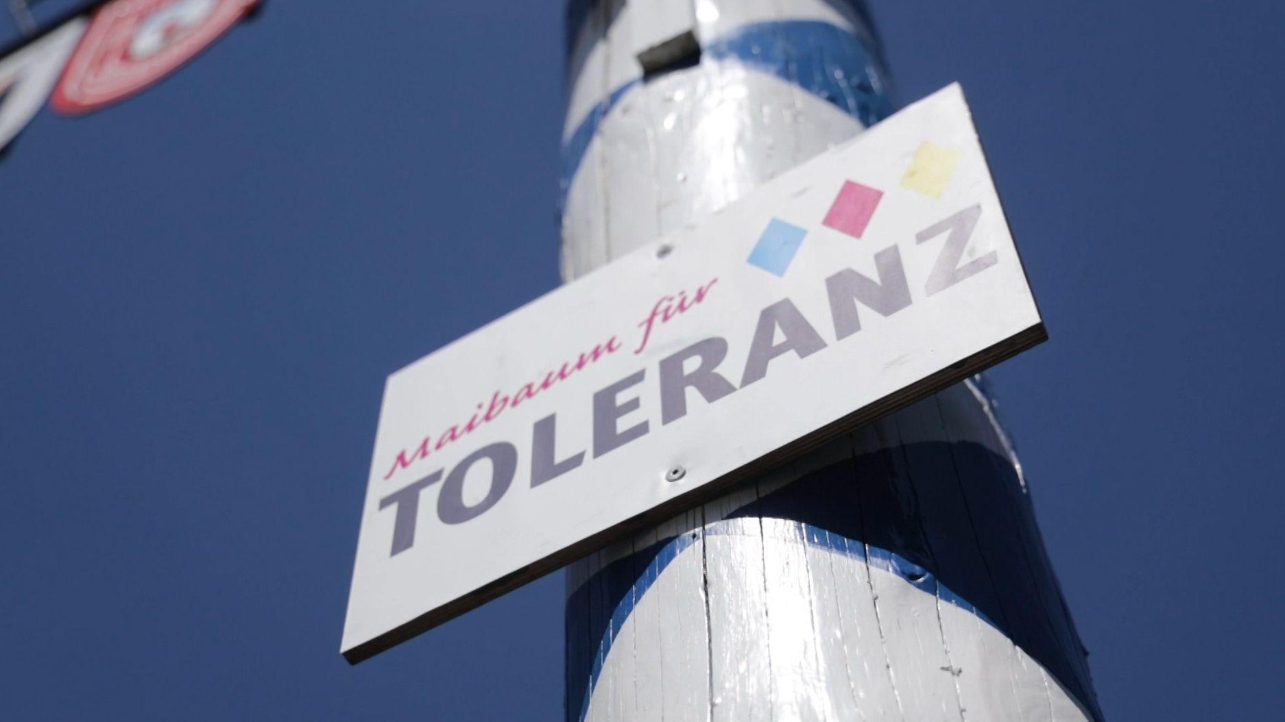 """Schild in Pfeffenhausen """"Maibaum für Toleranz"""""""