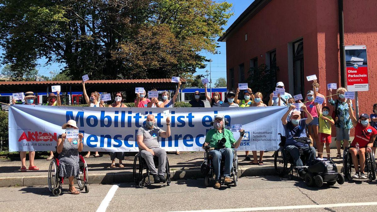 Demo vor dem Bahnhof Holzkirchen.