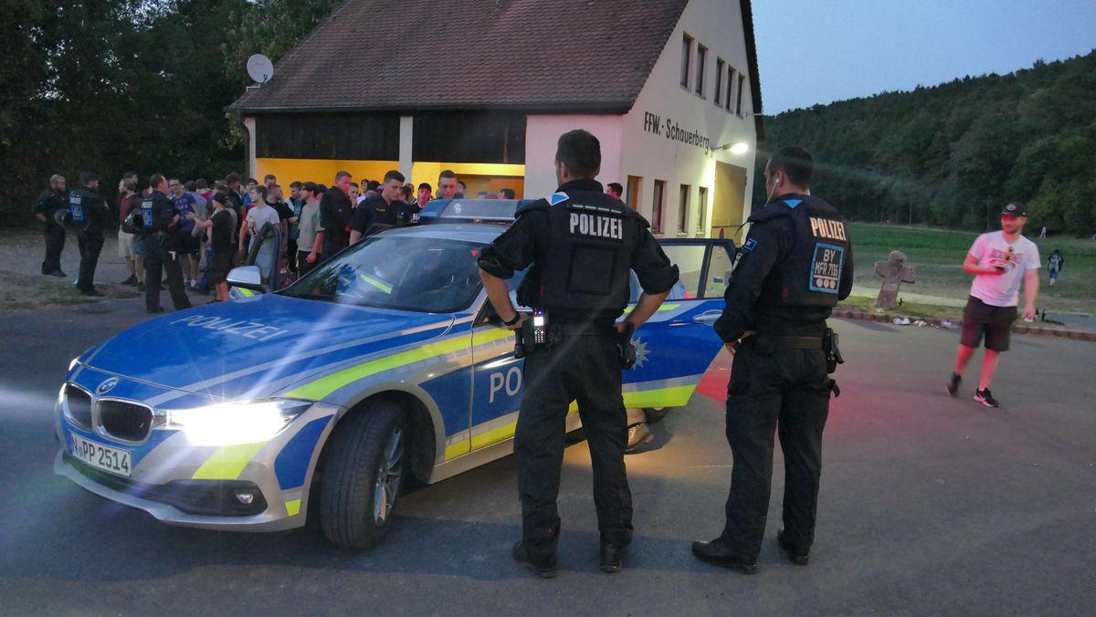 """Archivbild von 2018: Die Polizei Mittelfranken bemüht sich um Deeskalation beim """"Schanzenfest"""""""