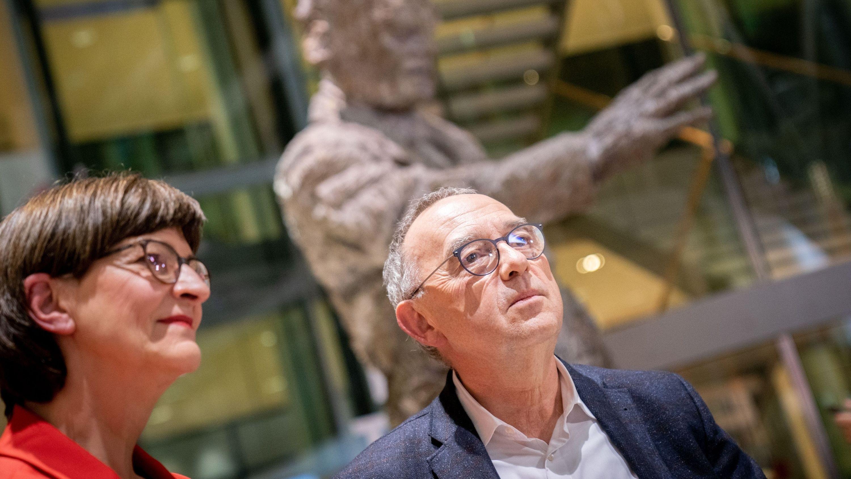Saskia Esken und Norbert Walter-Borjans nach der Bekanntgabe des Ergebnisses der Abstimmung zum SPD-Vorsitz im Willy-Brandt-Haus vor der Statue von Willy Brandt