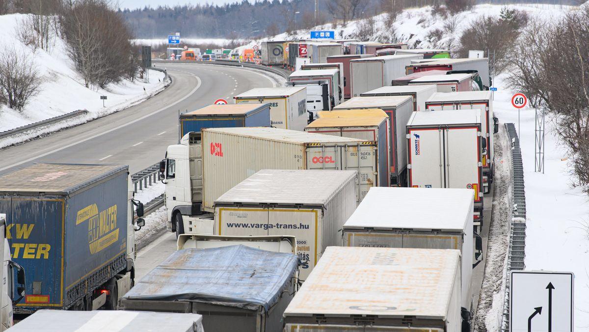 Grenzkontrollen sorgen für kilometerlange Staus auf der A17