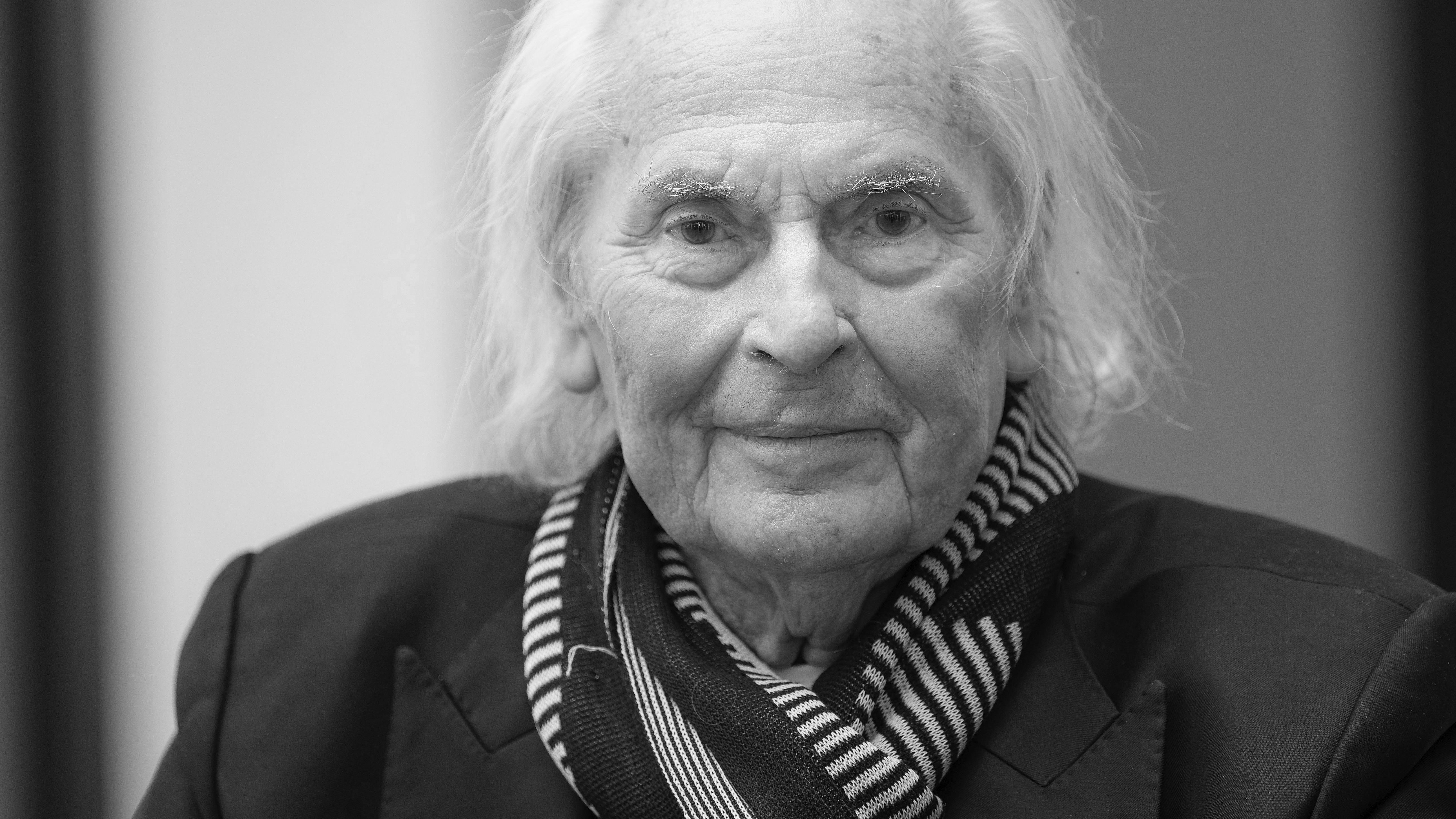 Der Lichtgestalter und Künstler Ingo Maurer blickt als alter Mann lächelnd in die Kamera.