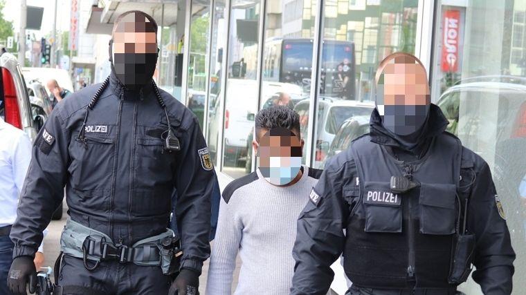Bundespolizisten mit einem Verdächtigen
