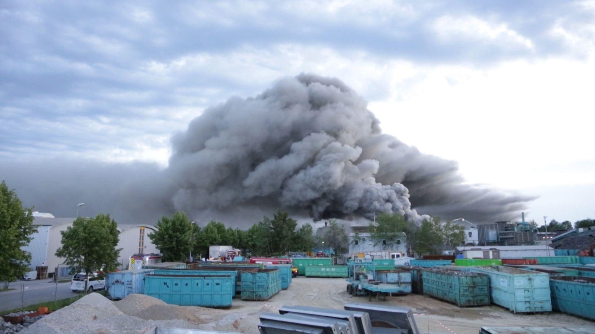 Rauchwolke über einem Recyclinghof in Wörth an der Isar