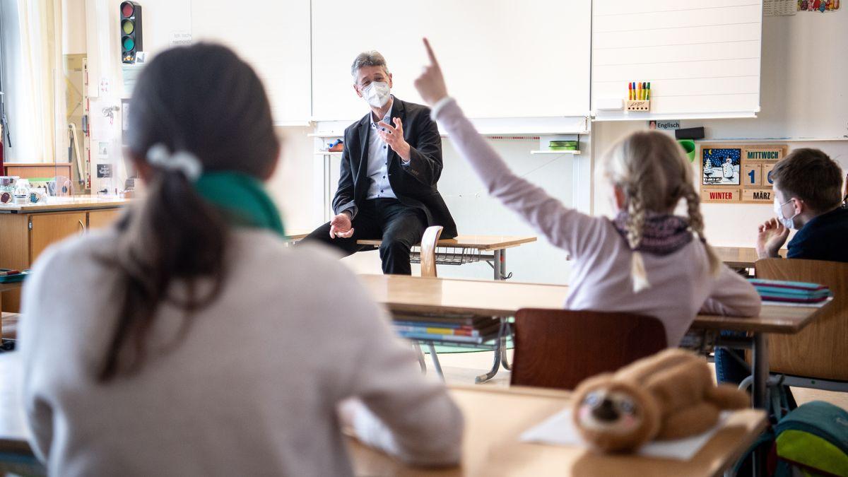 """""""Wir können jetzt allen Lehrerinnen und Lehrern in Bayern, die im Präsenzunterricht im Einsatz sind, ein Impfangebot machen"""", so Piazolo."""