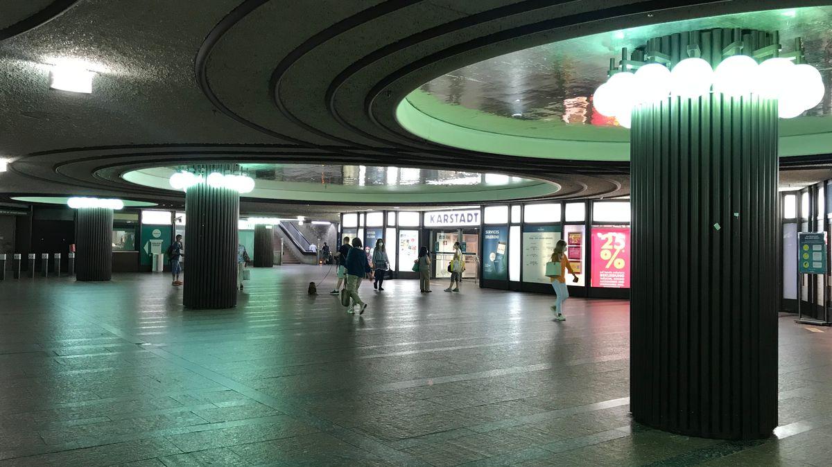 Eingang zum Karstadt Nürnberg von U-Bahn-Zwischengeschoss aus