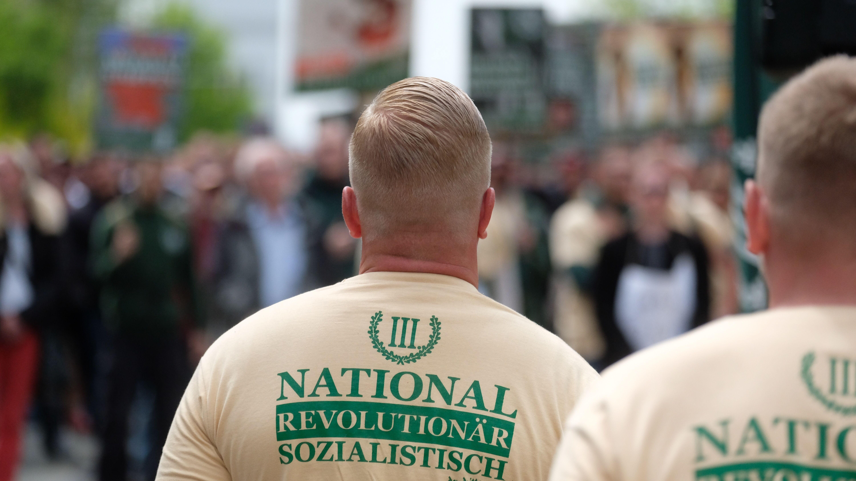 """Mitglieder der rechtsextremen Kleinpartei """"Der dritte Weg""""."""