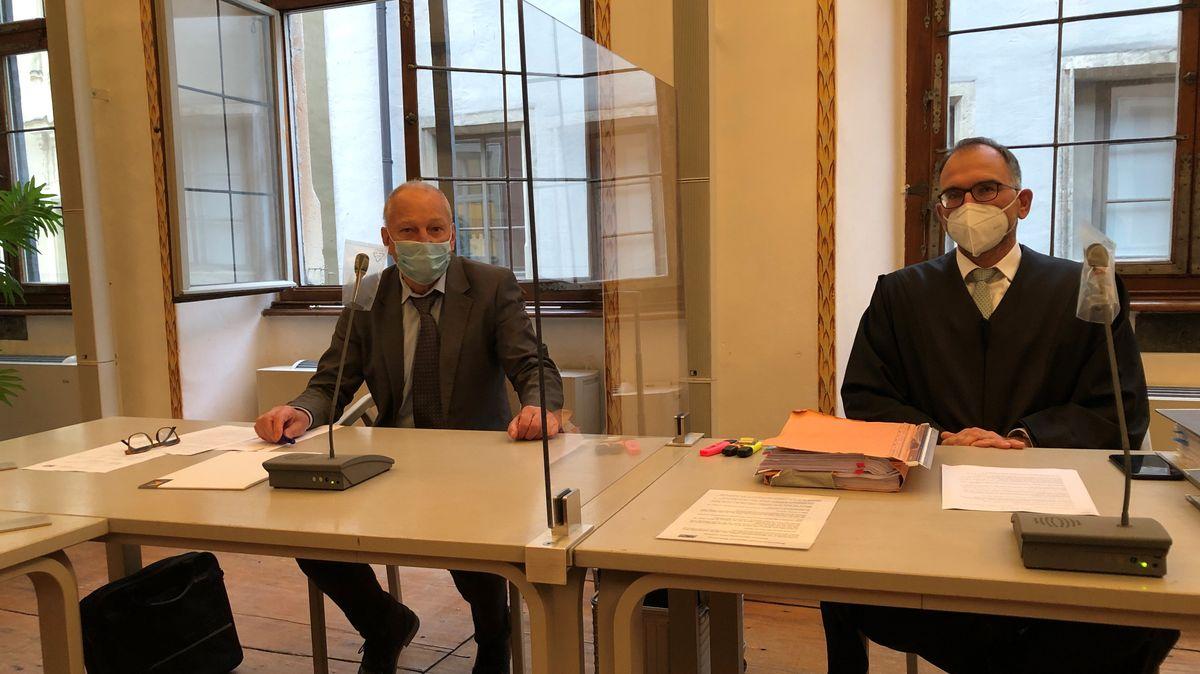 Der suspendierte Bürgermeister Alfred Schiller (li.) und sein Anwalt