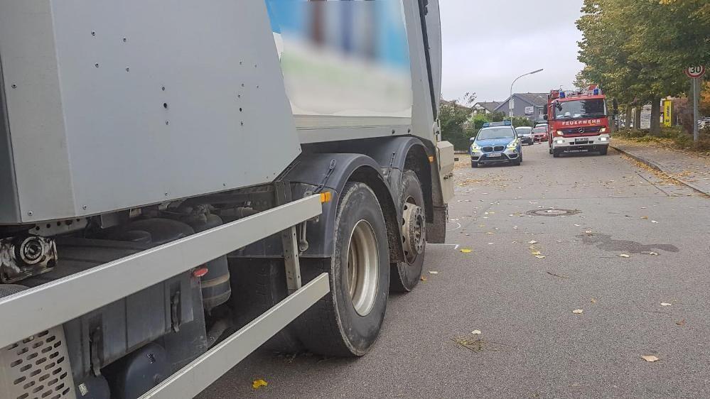 Das Müllfahrzeug hat eine Fußgängerin überrollt