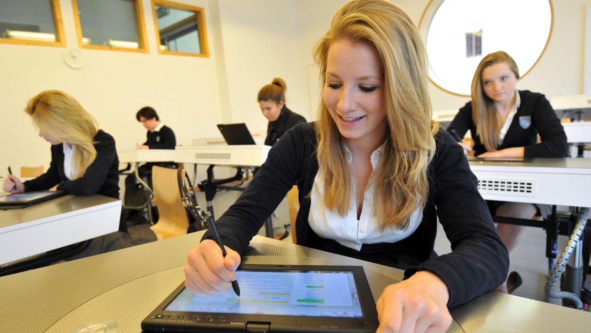 Archiv: Schüler der privaten Internatsschule Schloss Neubeuern sitzen vor Laptops.