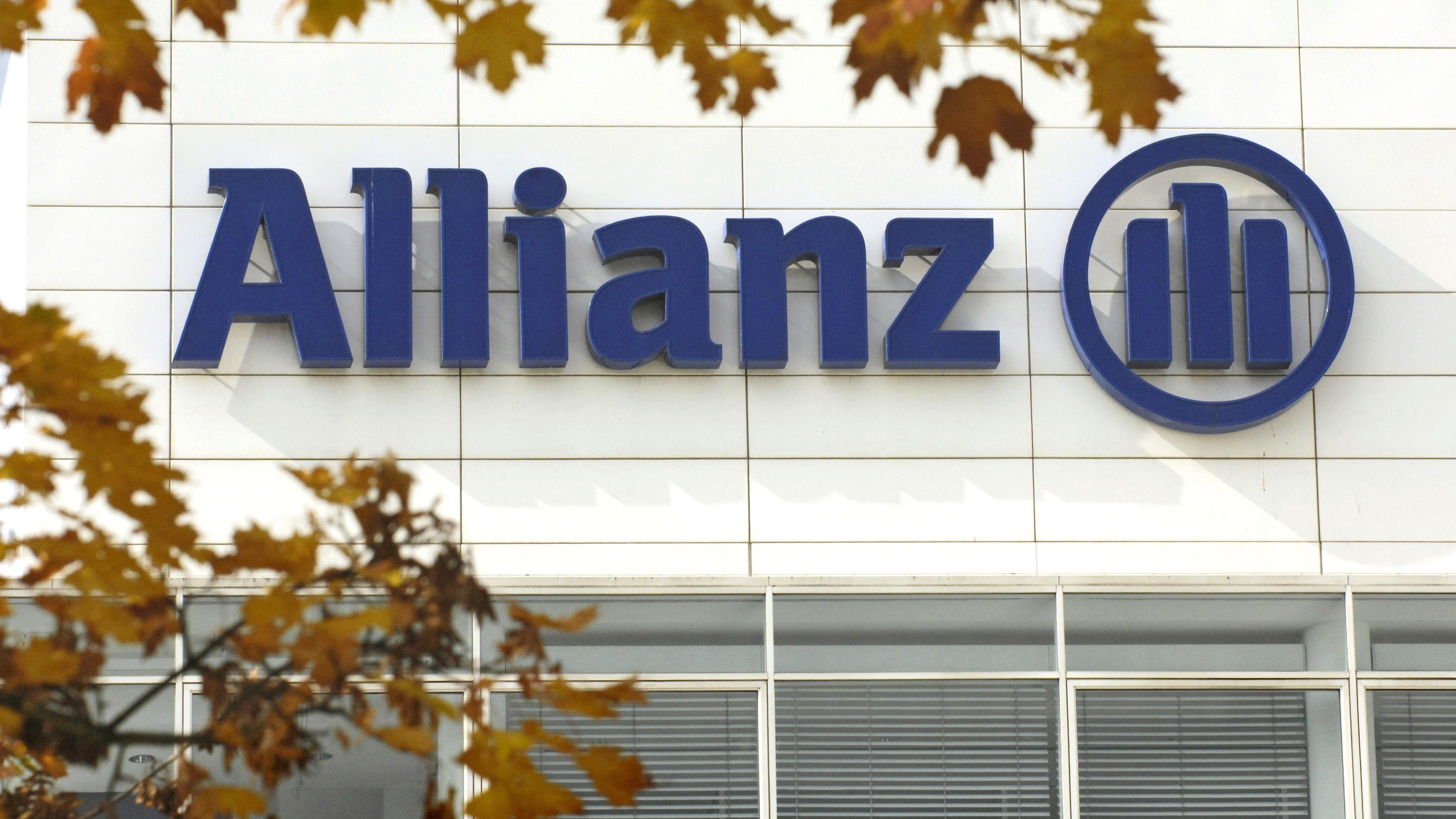 Das Logo der Allianz an einem Gebäude.