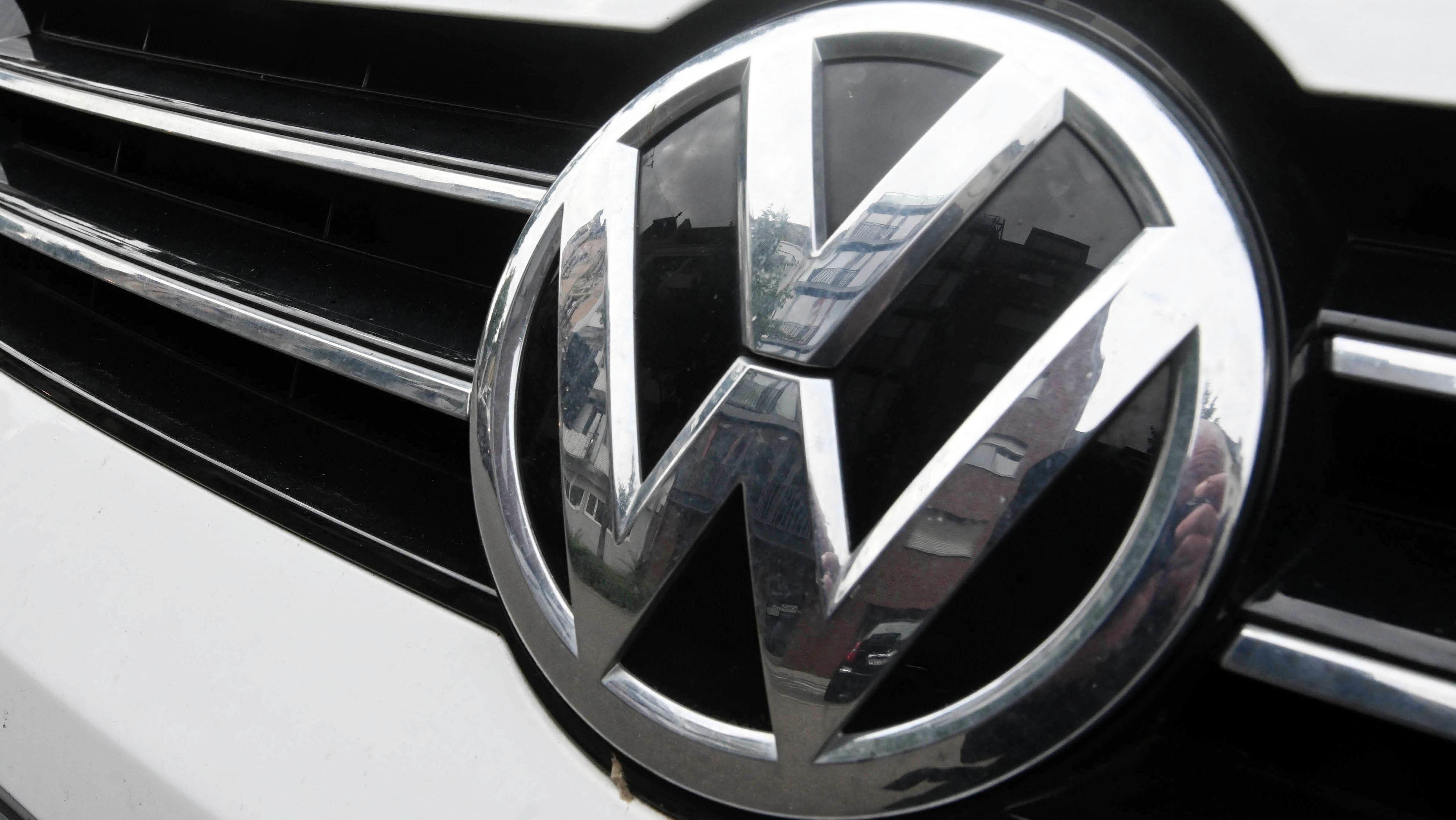 Ein VW-Emblem an einem Kühlergrill.