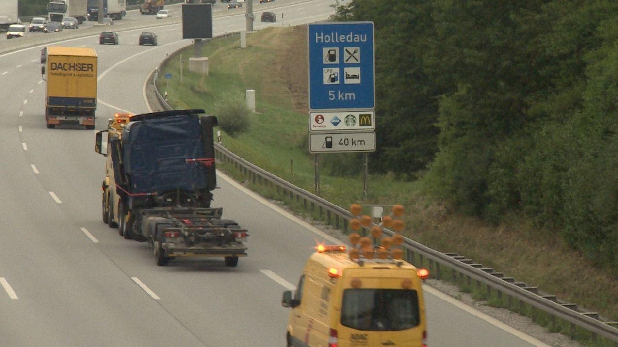 Ein geborgener Lkw wird nach einem Unfall an einer Brücke auf der A9 in Höhe Paunzhausen (Lkr. Freising) abtransportiert