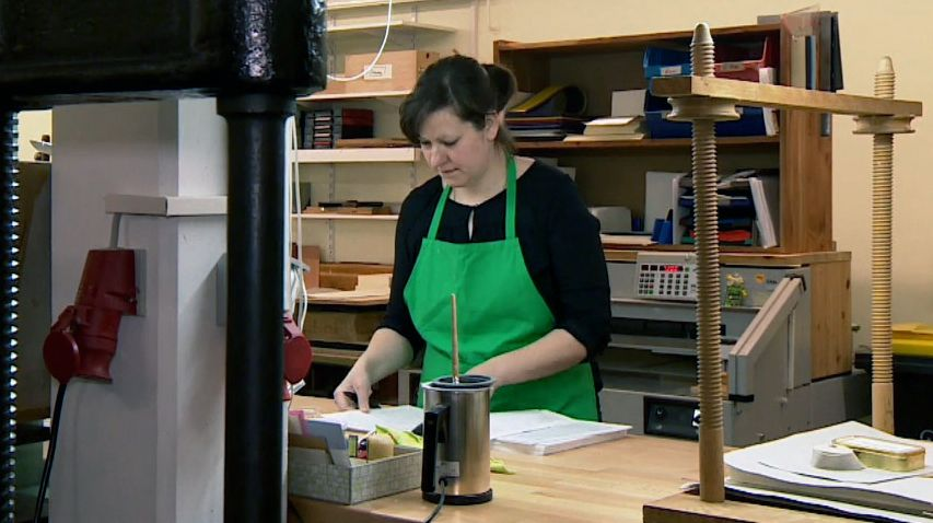 Buchrestauratorin Katharina Lässig bei der Arbeit.