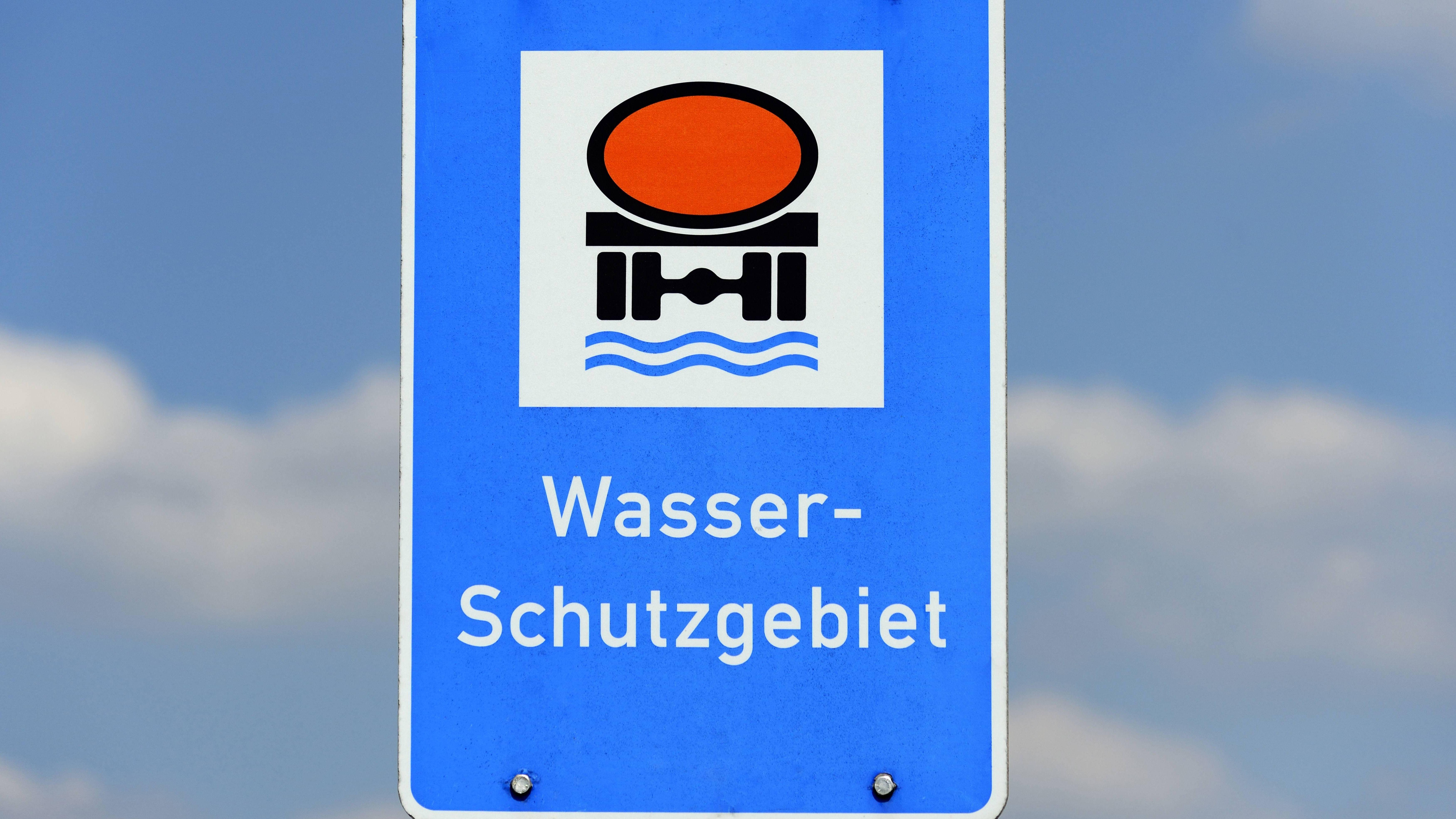 Ein Schild weist auf ein Wasserschutzgebiet hin.