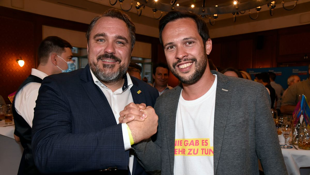 Daniel Föst (links) und Martin Hagen (rechts) bei der Wahlparty der bayerischen FDP zur Bundestagswahl.