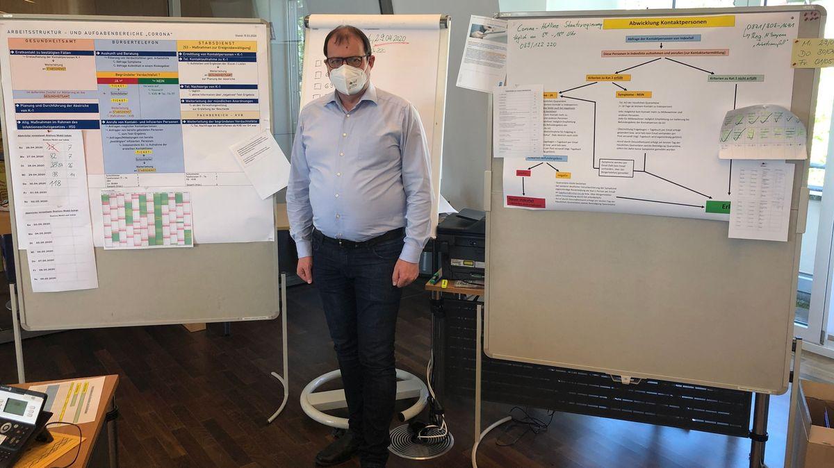 Landrat Michael Fahmüller vor den Planungstafeln der Kontaktermittlung
