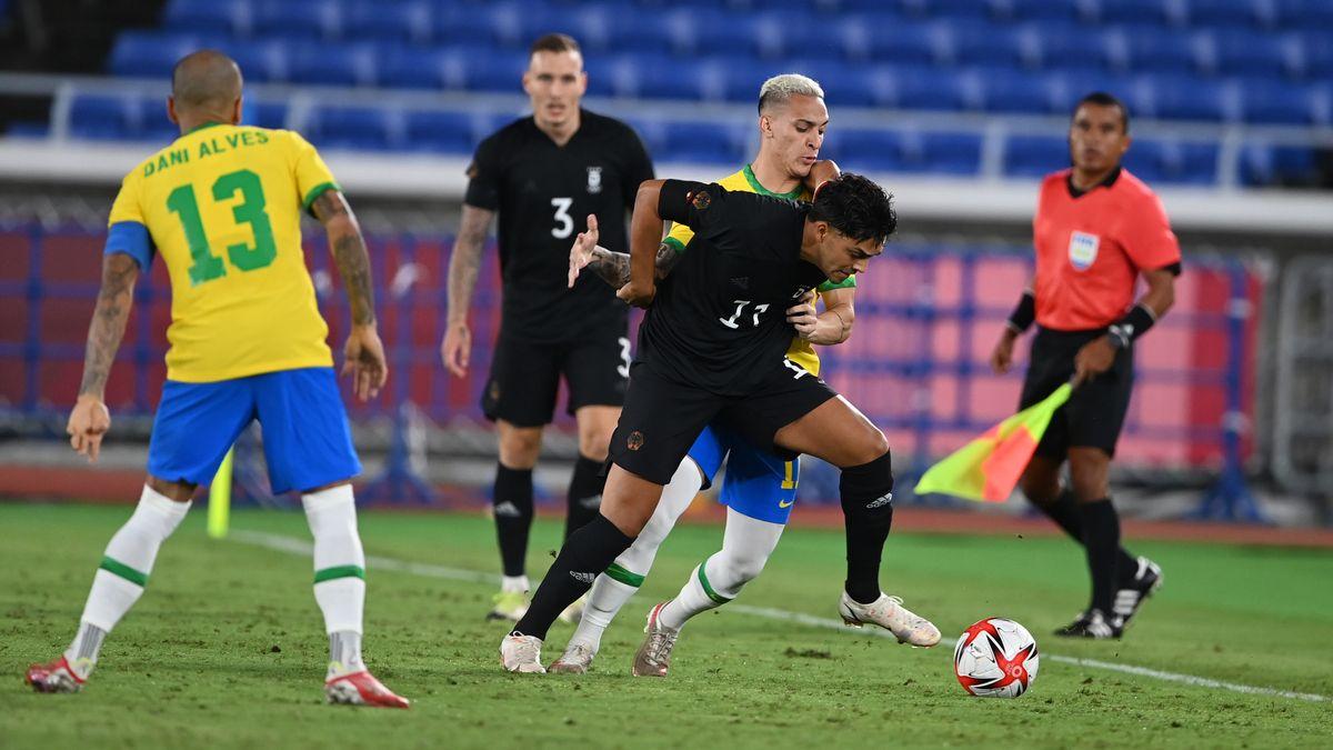Fußball: Olympia, Brasilien - Deutschland. Nadiem Amiri (M) von Deutschland im Zweikampf mit Antony von Brasilien.