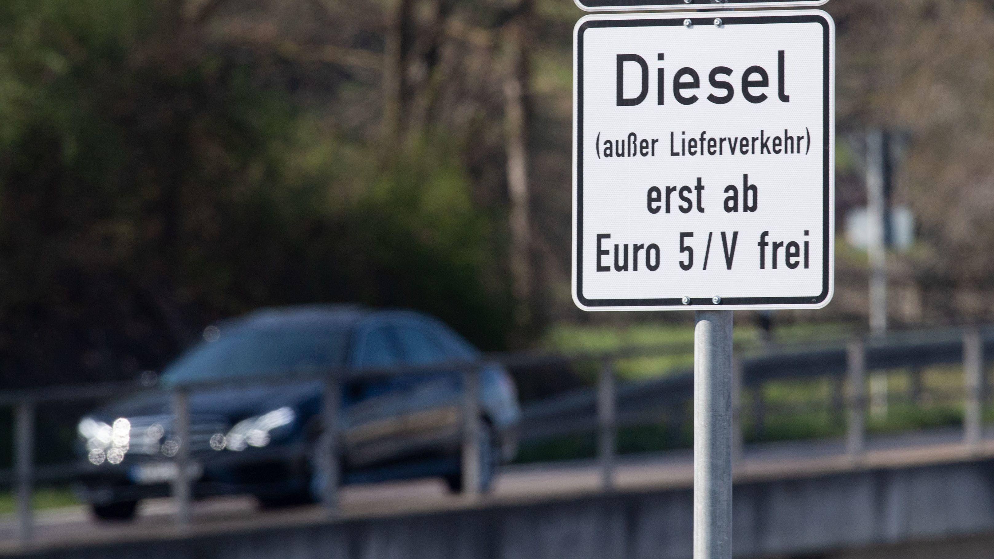 Stuttgart, 29. März 2019: Ein Schild weist auf das Diesel-Fahrverbot für Dieselfahrzeuge unter Euro 5 hin.