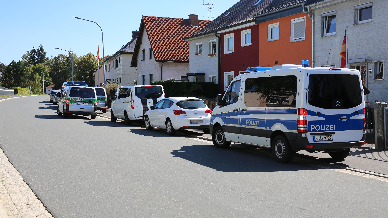 Polizeiautos in einem Wohngebiet in Marktleuthen
