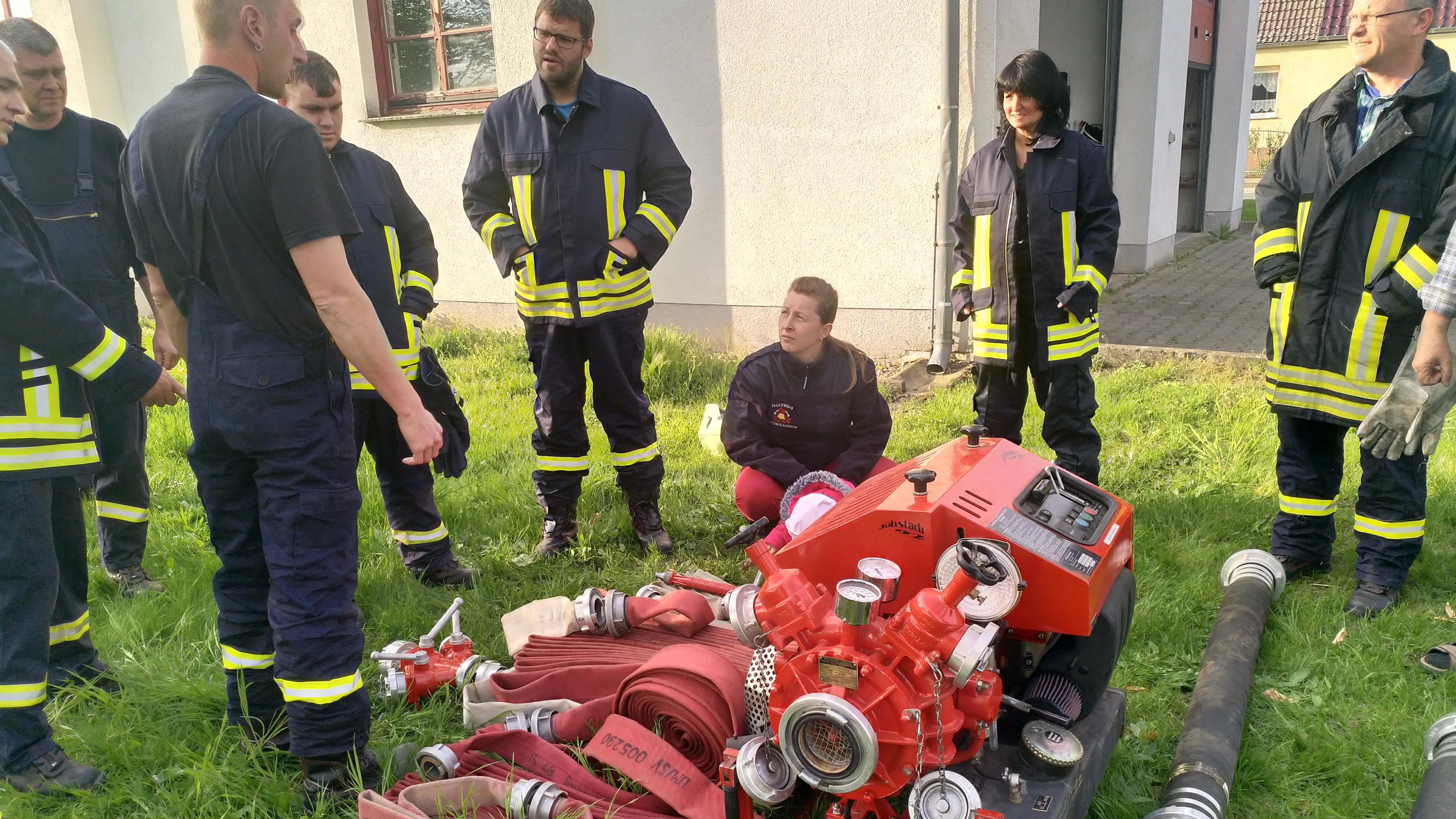 Die Freiwillige Feuerwehr Tantow in Brandenburg bei einer Übung