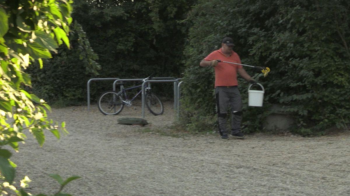 Günter Brechtl kümmert sich um die Sauberkeit der Liegewiesen rund um den Guggenberger See