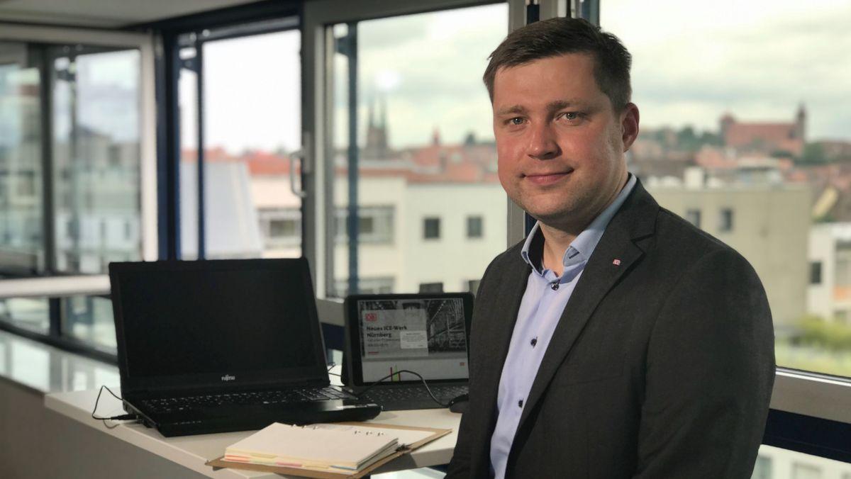 Carsten Burmeister vor einem Laptop