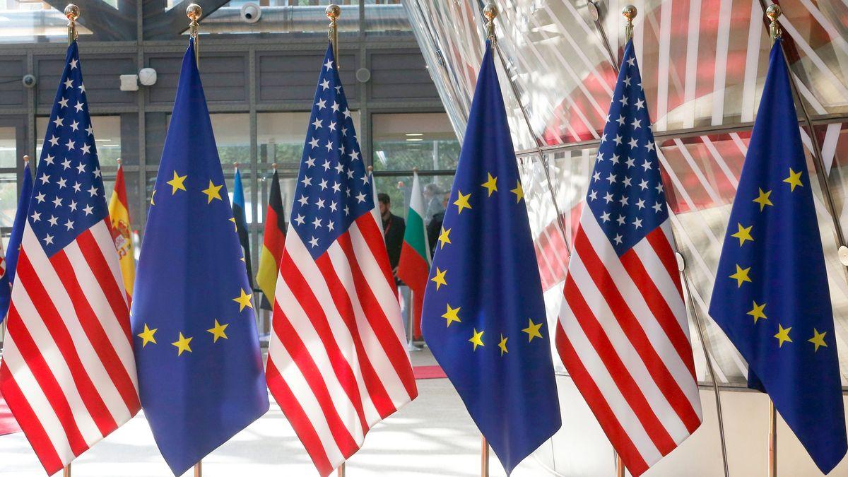 EU-Flaggen und amerikanische Fahnen stehen nebeneinander.