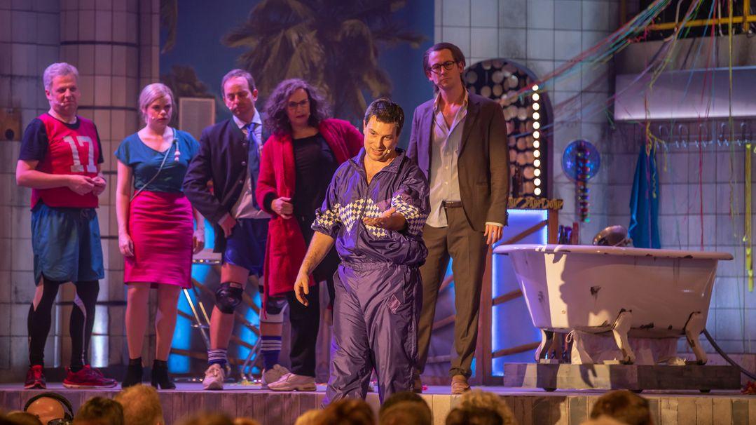 Auf der Bühne im Paulaner-Festsaal stehen am 11. März 2019 die Schauspielerinnen und Schauspieler des Singspiels; im Vordergrund, zum Publikum sprechend, dessen Köpfe man am unteren Bildrand sieht: Im Zentrum Markus-Söder-Darsteller Stephan Zinner.