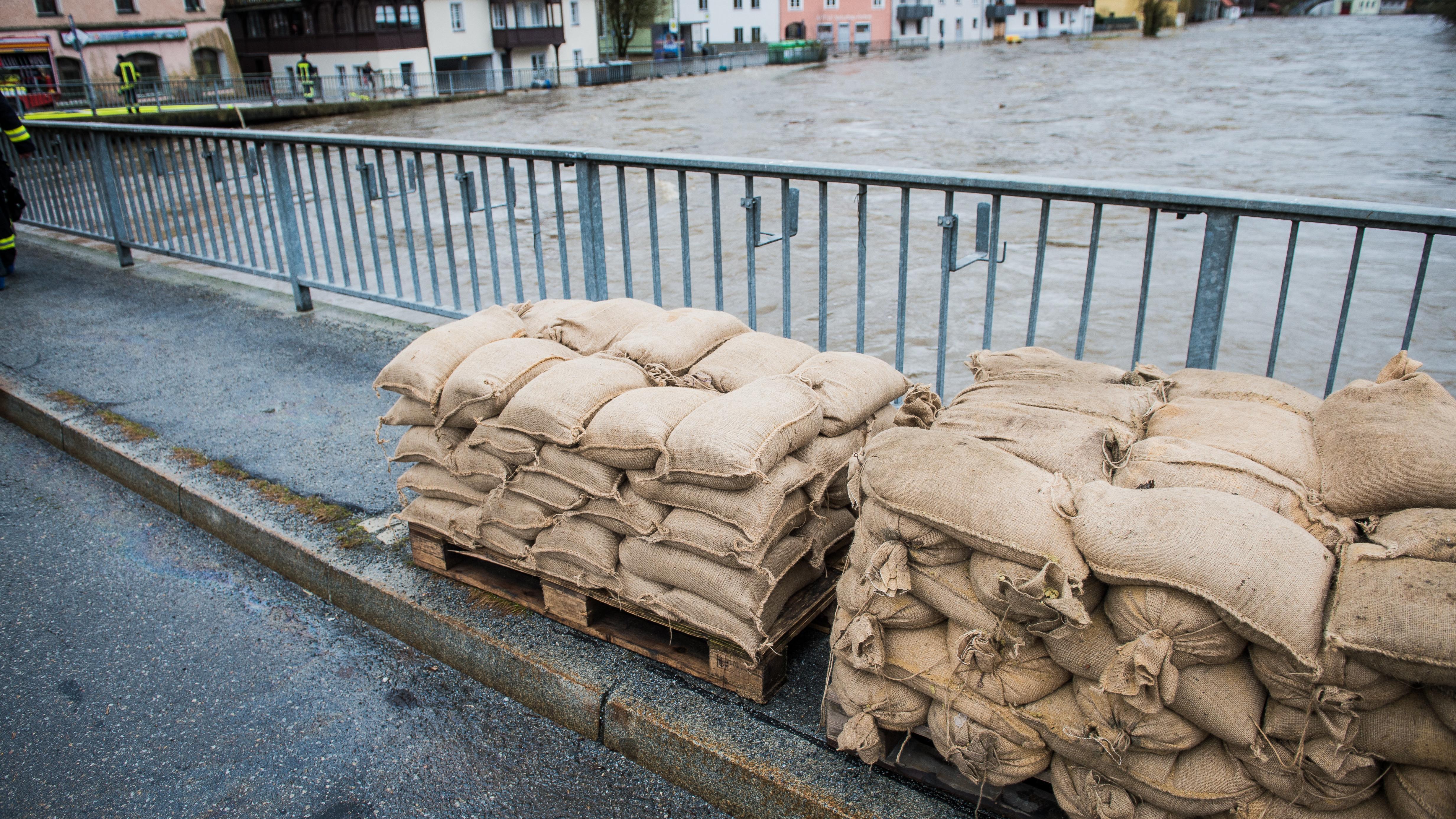 Sandsäcke auf einer Brücke über der Ilz, im Passauer Stadtteil Hals