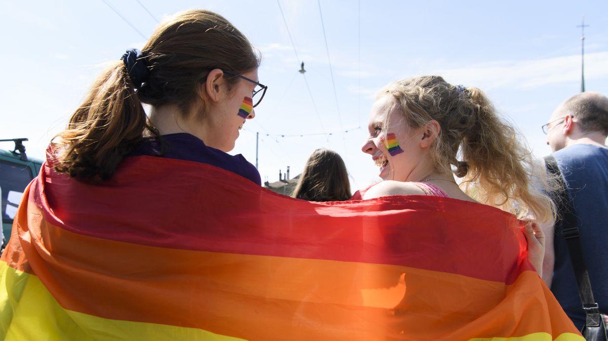 """Zwei Frauen demonstrieren auf einer Demo zum """"Tag der lesbischen Sichtbarkeit"""" 2018 in Bern."""