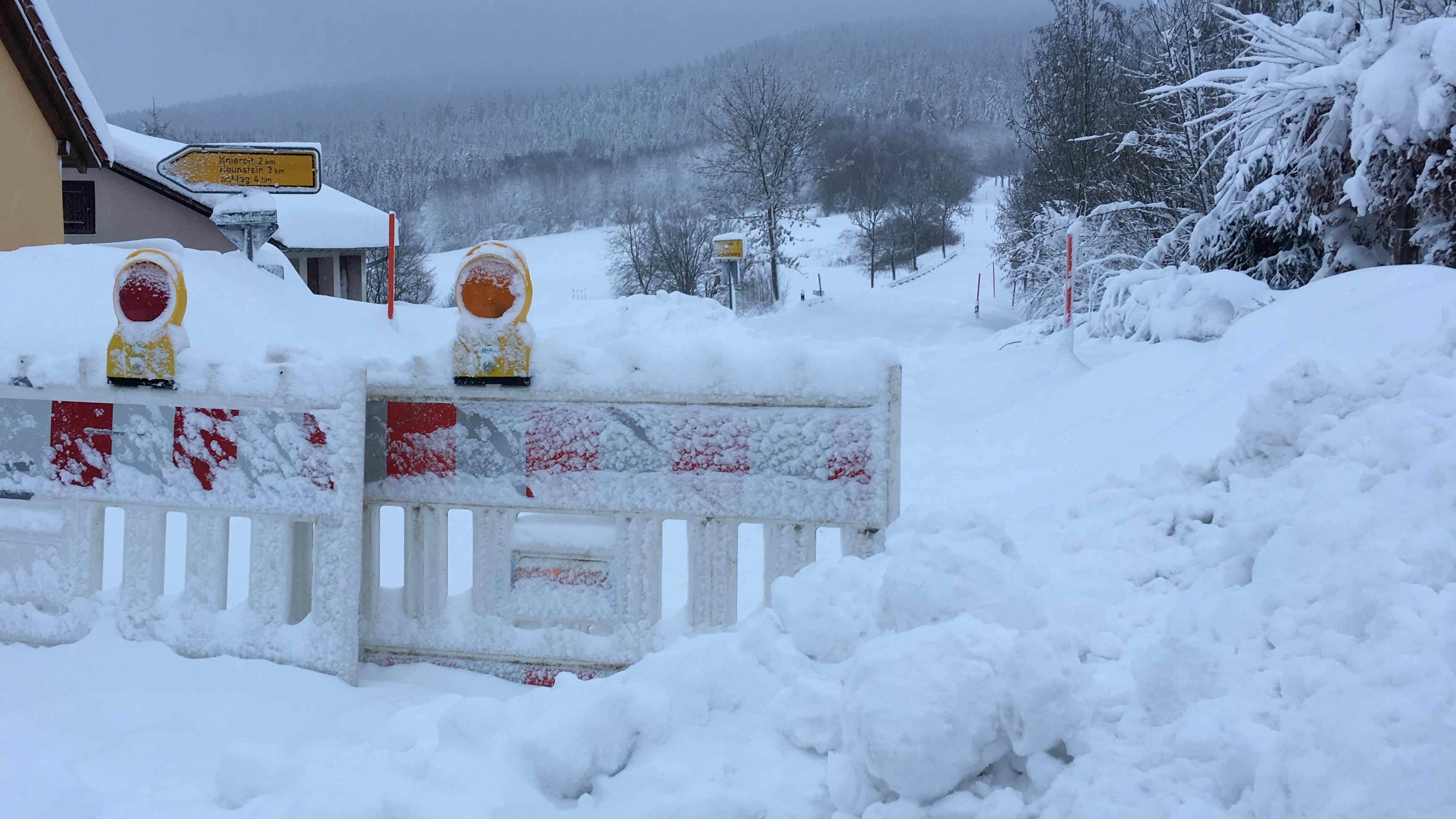 Schnee Im Bayerischen Wald Schulausfall Und Strassensperrungen Br24