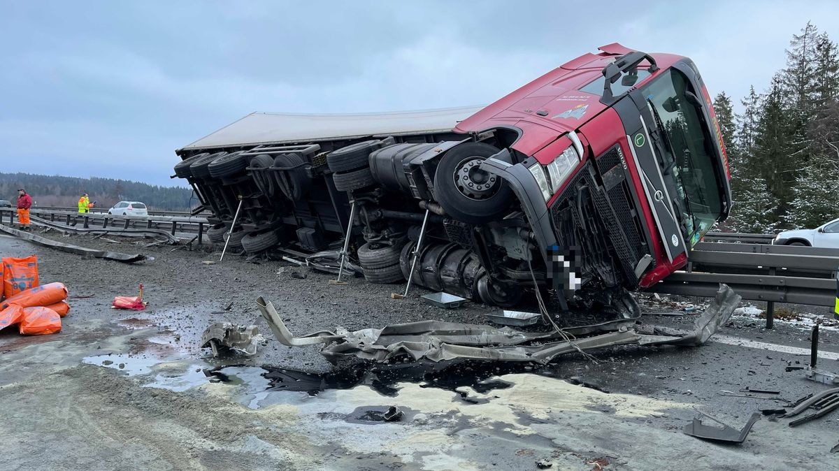 Ein roter Sattelzug liegt auf der Mittelleitplanke auf, gegen die er gekracht ist, davor Trümmerteile auf der Fahrbahn.