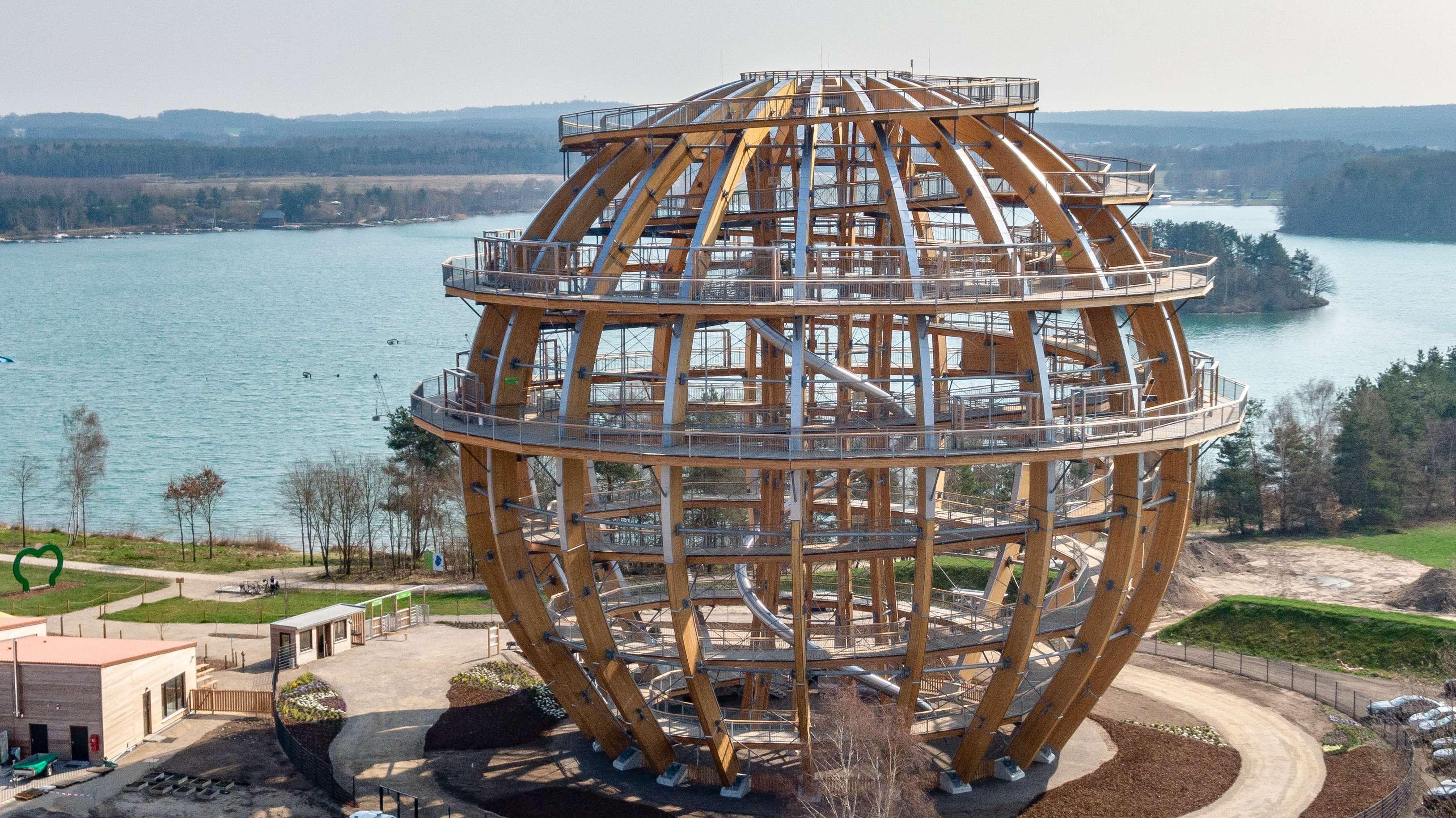 Die neue Panorama-Holzkugel am Steinberger See ist eine Attraktion. Allerdings gibt es Kritik an den hohen Preisen.