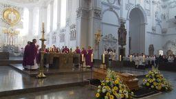 Der Sarg mit Bischof Paul-Werner Scheele im Würzburger Kiliansdom   Bild:BR