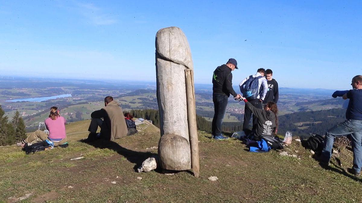 Das wohl ungewöhnlichste Kulturdenkmal des Allgäus steht wieder: ein rund zwei Meter großer Holzpenis, der seit einigen Jahren den Grünten ziert.