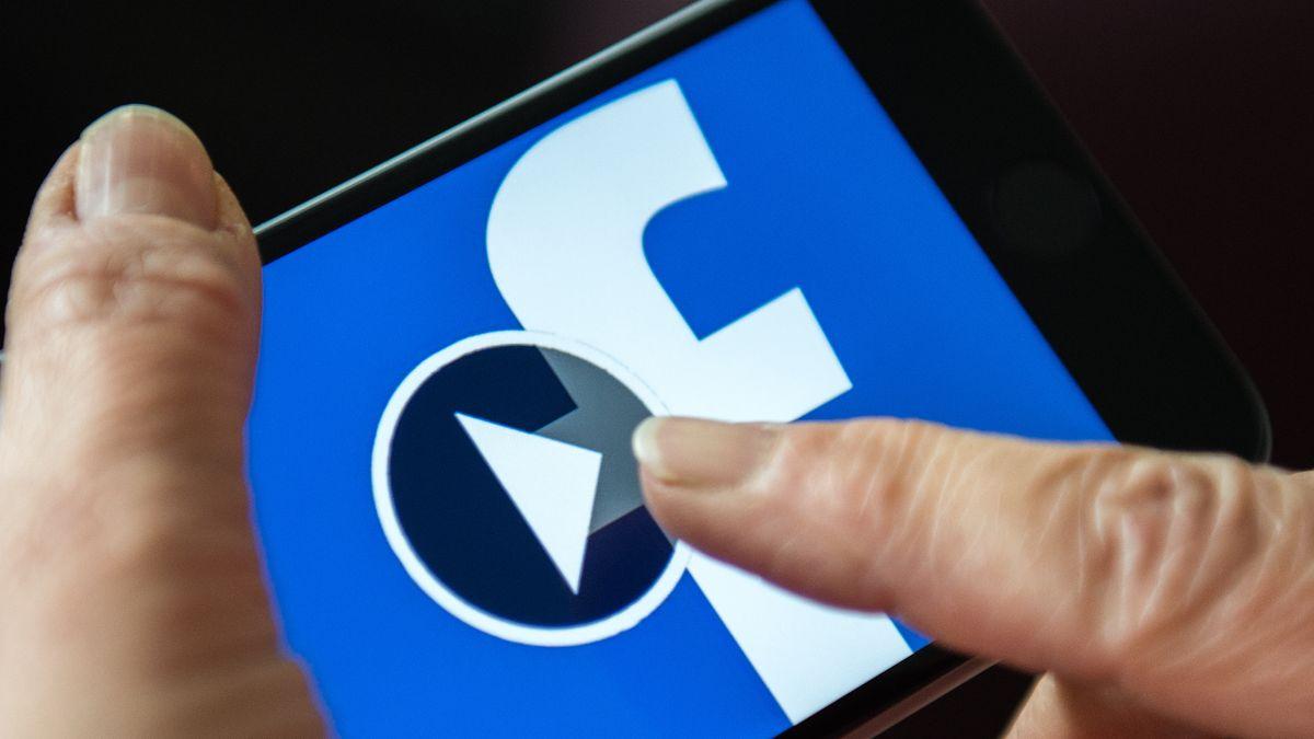 Smartphone auf dem die Facebook-App läuft